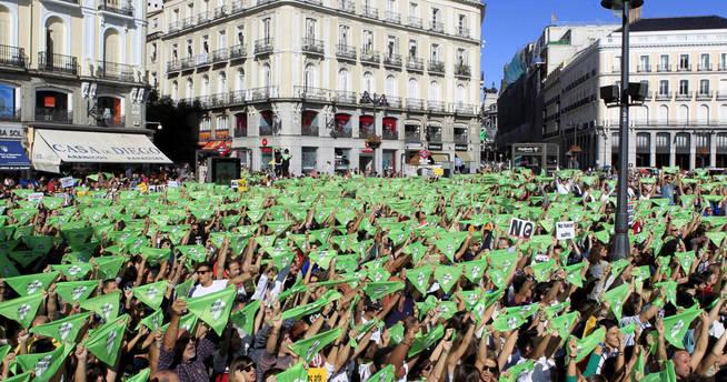 Miles de personas convocadas por el Partido Animalista Pacma, se manifiestan en la Puerta de Sol de Madrid. (EFE)