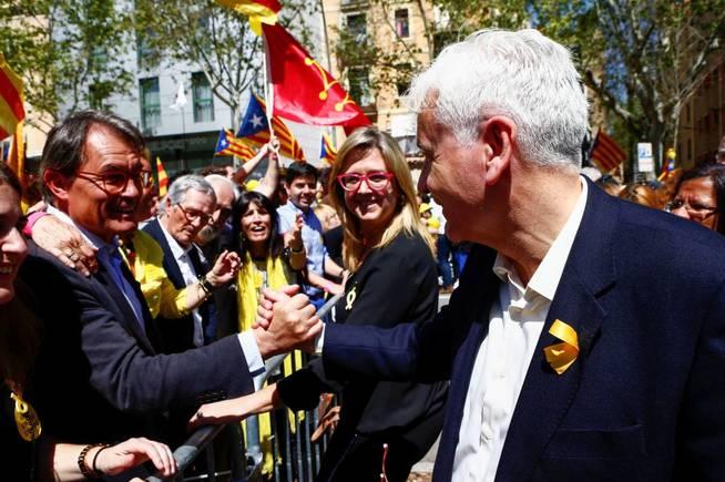 El expresidente de la Generalitat Artur Mas (i) saluda al