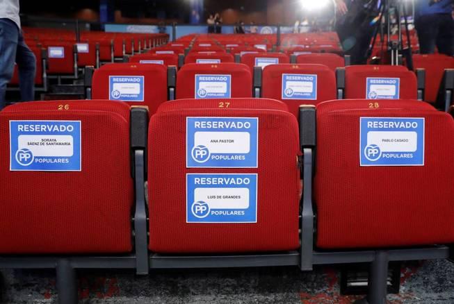 Vista de los asientos de los candidatos Soraya Sáez de Santamaría, Pablo Casado,. (EFE)