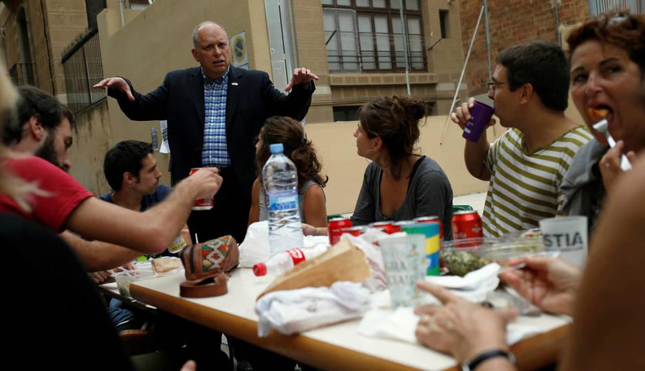 Stephane Bergeron, del Bloque Quebequés, habla con un grupo de padres en Barcelona. (Reuters)