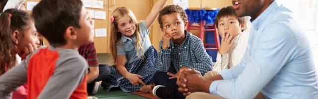 imagem de um professor ensinando crianças